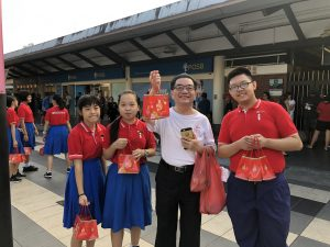 Student Councillor Distributing Mandarin Oranges To Yew Tee Residents During Cny 2019